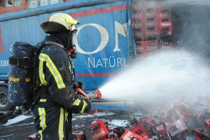 LKW Auflieger fängt Feuer - Feuerwehr verhindert Schlimmeres